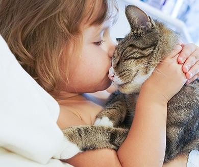 Foto de niña con gato